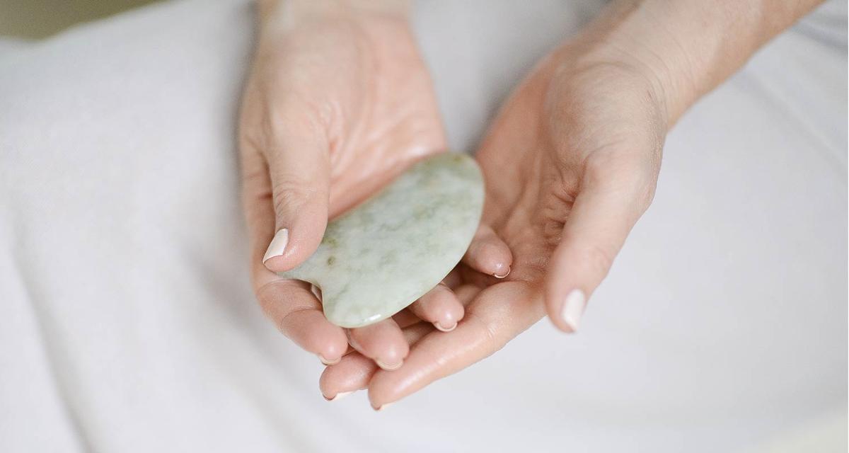 Массуж камнями гуаша в клинике Чжуд-Ши